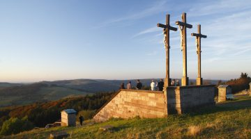 drei Kreuze am Kreuzberg bei Bischofsheim, Rhön, Unterfranken, Bayern, Deutschland | three crosses on Kreuzberg mountain near Bischofsheim, Rhön, Franconia, Bavaria, Germany